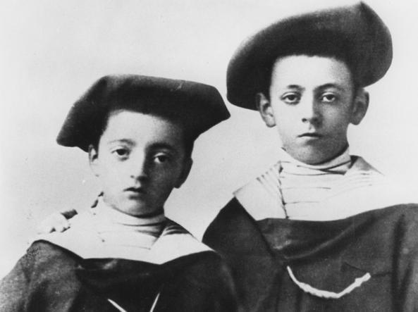 Enzo Ferrari (a sinistra) con il fratello maggiore Alfredo (a destra)